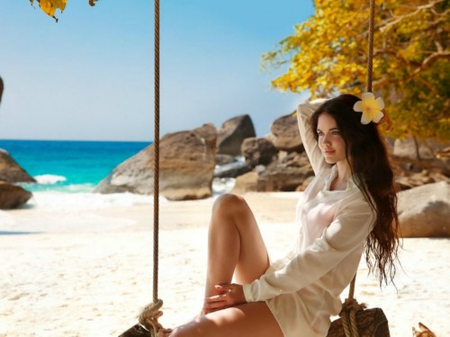 beatiful-and-smiling-brunette-on-the-beach-pg910e4bb60b252c5f.jpg